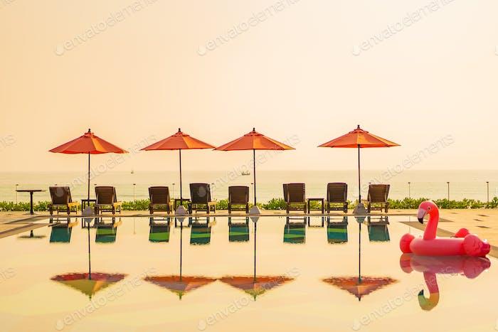 Schöner Sonnenaufgang rund mit Sonnenschirm und Stuhl Außenpool