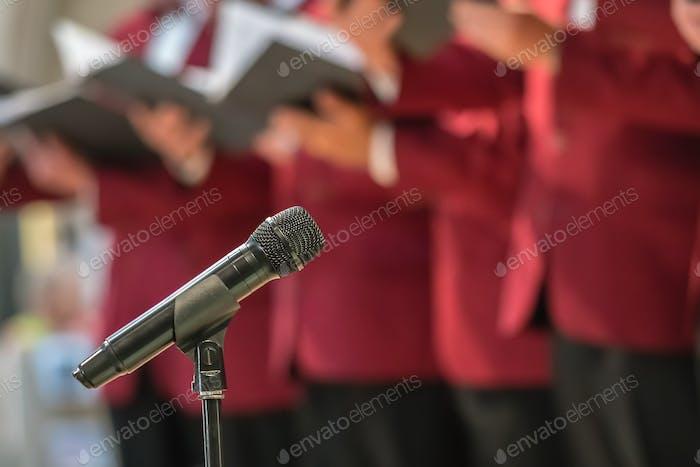 Mikrofon und Herrenchor
