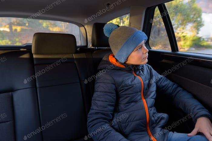 Junge gutaussehende Junge bereit für Roadtrip