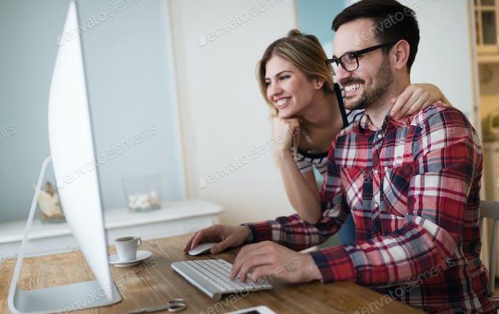 Paar arbeiten gemeinsam an Projekt von zu Hause aus