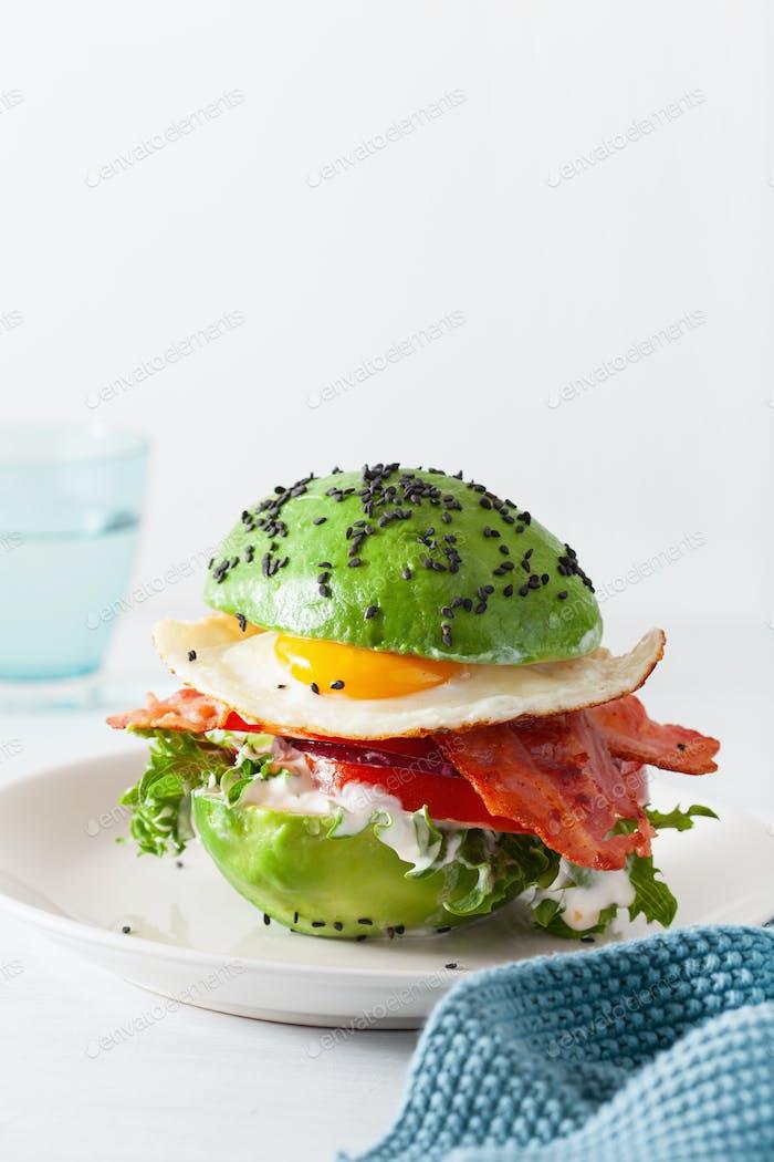 keto Paleo Diät Avocado Frühstück Burger mit Speck, Ei, Tomaten