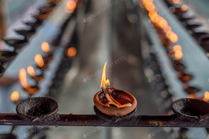 Kokosnussöl-Lampen im Tempel