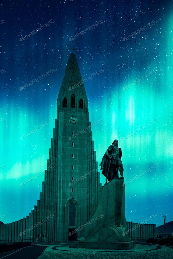 Aurora borealis Nordlichter leuchten über die Kirche in Reykjavik