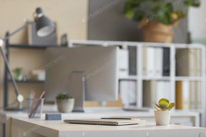 Mesa con ordenador portátil