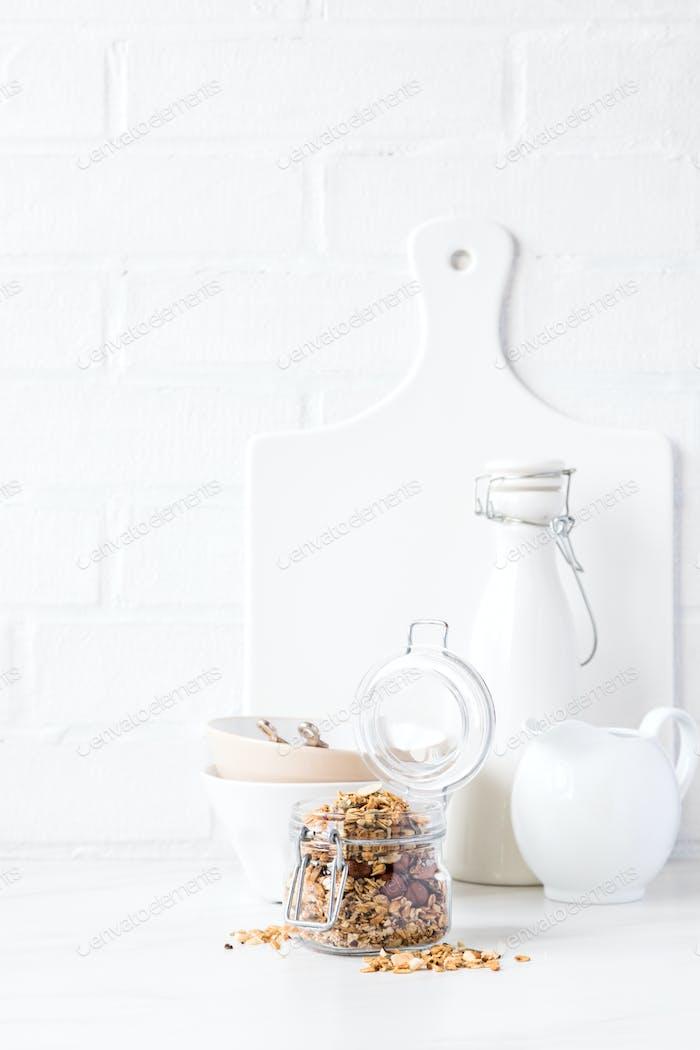 Müsli, Müsli mit Pflanzenmilch. Frühstück, Snack.Konzept der gesunden und diätetischen Ernährung.