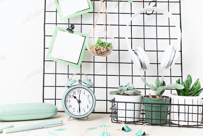 Mockup von Mesh-Board mit Karten, Brillen, Zimmerpflanzen