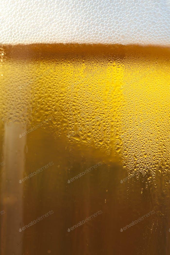 Cerveza de barril en una taza de vidrio