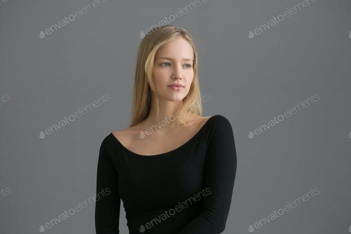 Красивая женщина короткие светлые волосы элегантный портрет красоты.