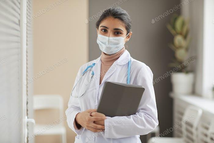 Doctor en máscara en el hospital