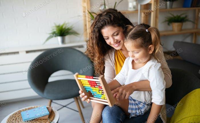 Glückliche, liebevolle Familie. Schöne Mutter und Kind Mädchen spielen, küssen und umarmen