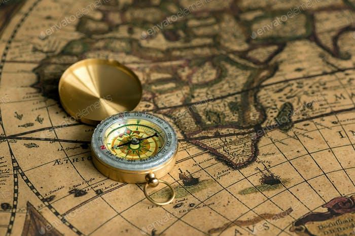 Alter Kompass auf Vintage-Karte