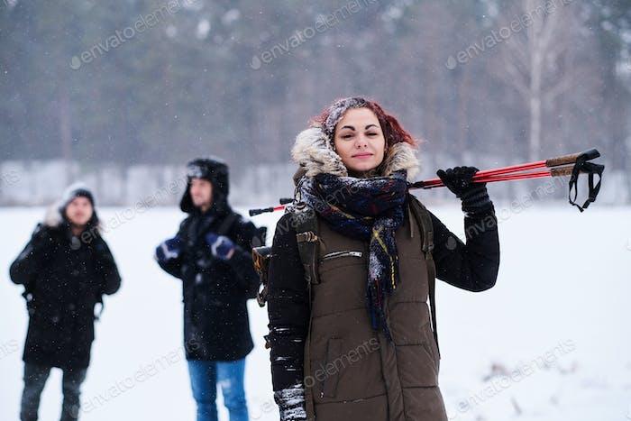 Группа туристов поход в холодный заснеженный лес