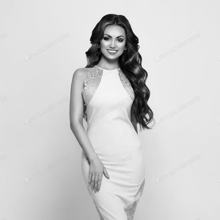 Hermosa Mujer en elegante vestido de noche blanco
