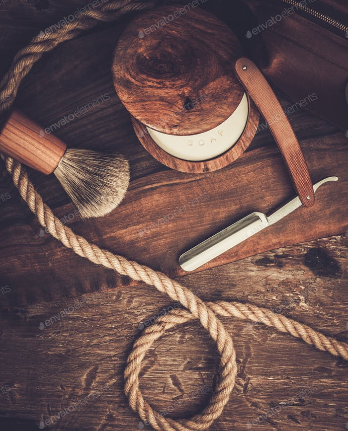 Rasierzubehör auf einem luxuriösen Holzhintergrund