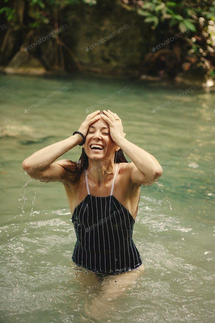 Красивая женщина у водопада