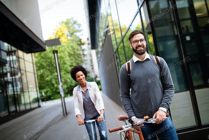 Pareja feliz usando scooter eléctrico, bicicleta en la ciudad. Concepto ecológico de energía con cero emisiones