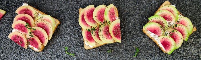 Banner von Gesundes Frühstück Toast aus geschnittenem Wassermelone Rettich