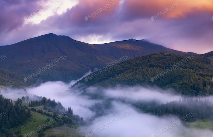 Paisaje brumoso en las montañas. Paisaje de verano