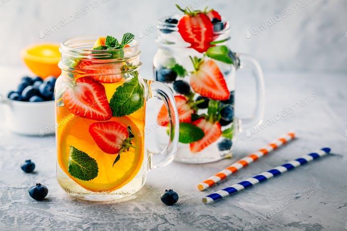 Infusion Detox Wasser mit Orange, Erdbeere, Heidelbeere und Minze.
