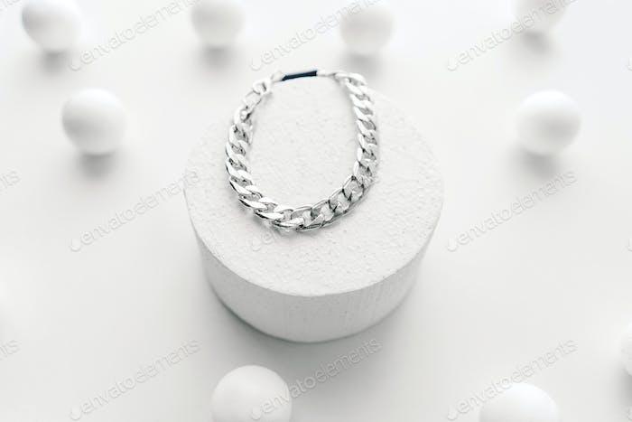 Silbernes Bijouterie-Kettenarmband auf weißem Hintergrund.