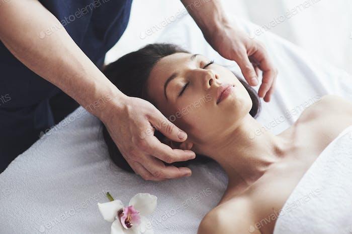 Traditionelle orientalische Massage- und Schönheitsbehandlungen