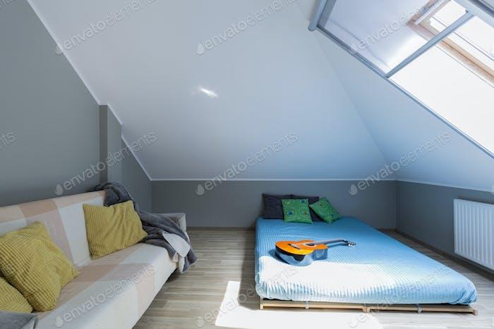 Мансарда минималистская спальня с матрасом