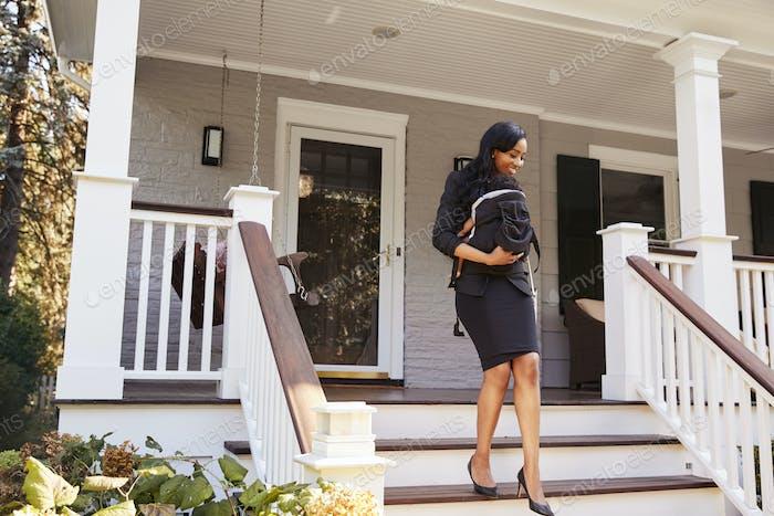 Geschäftsfrau mit Baby Sohn verlassen Haus für Arbeit