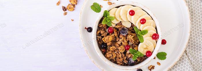 Frühstück. Schüssel mit hausgemachtem Müsli mit Joghurt und frischen Beere