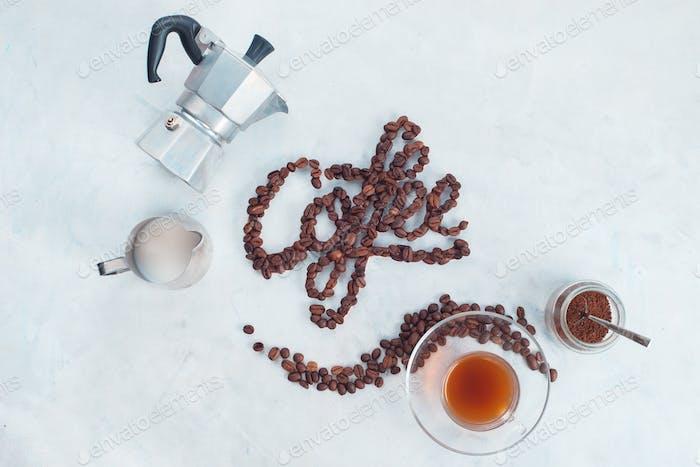 Lebensmittel-Schriftzug Konzept Word Coffee mit Kaffeebohnen. High Key Drink Fotografie von oben