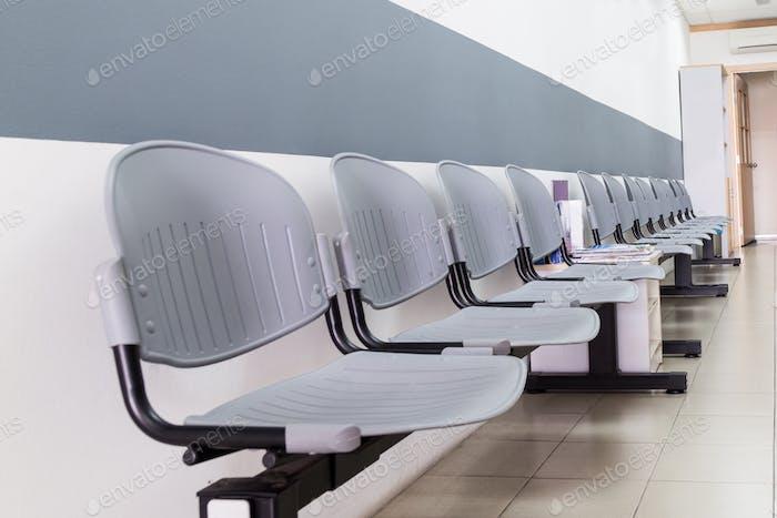 Nahaufnahme auf Reihe von leeren Stühlen an der Rezeption des Innenraums