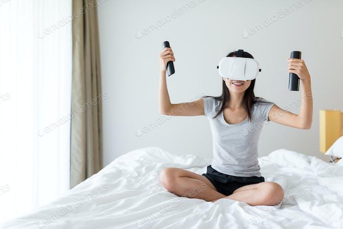 Frau Spiel mit VR und Konsole
