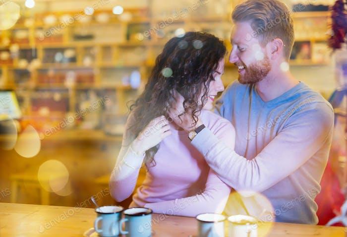 Romantisches Paar mit Date im Café