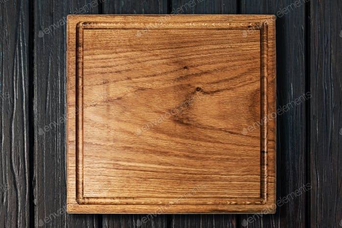 Schneidebrett auf einem Holztisch