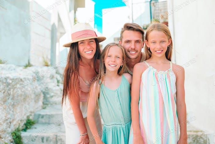 Família de pais e filhos férias em férias europeias