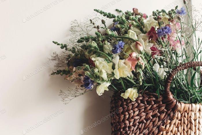 красочные цветы в коричневой корзине