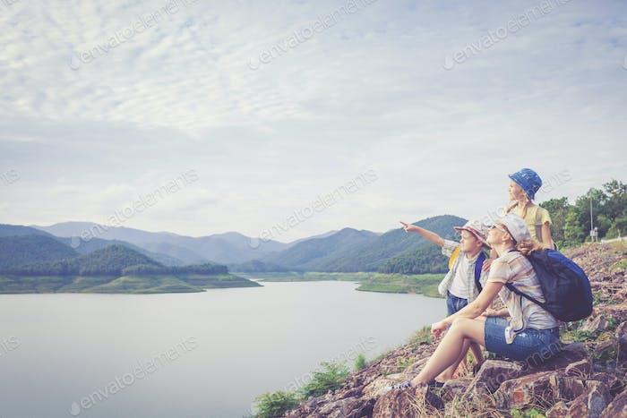 Glückliche Familie in der Nähe des Sees.