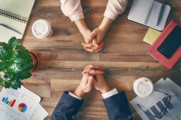 Мужчина и женщина, работающие в офисе