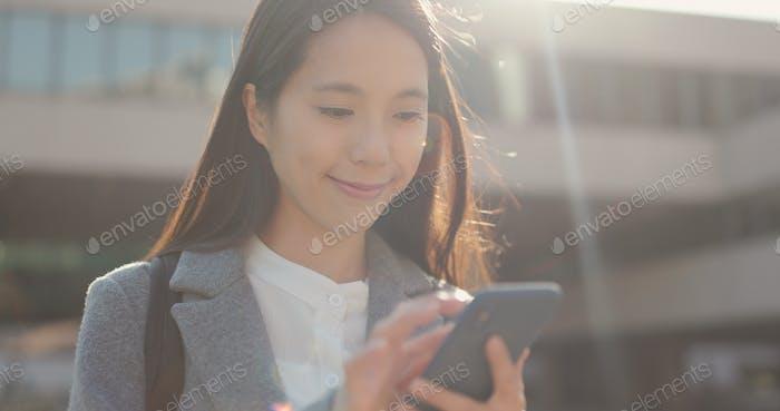 Asiatische Business-Frau Nutzung des Mobiltelefons in der Stadt am Abend