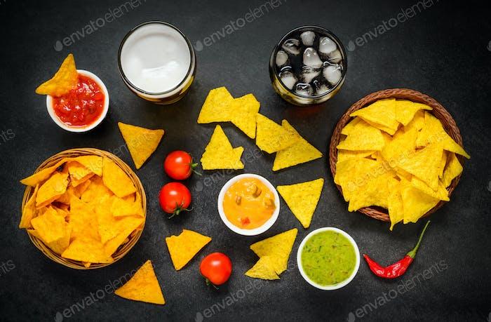 Tortilla Nacho Chips mit Drinks und Dip