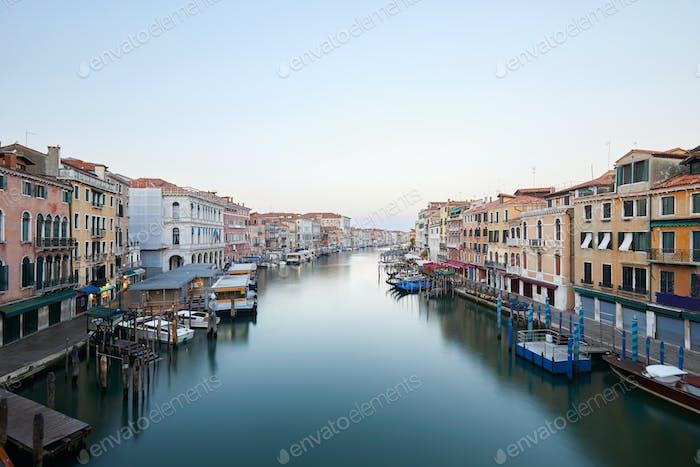 Canal Grande in Venedig, klarer Himmel am frühen Morgen, Italien