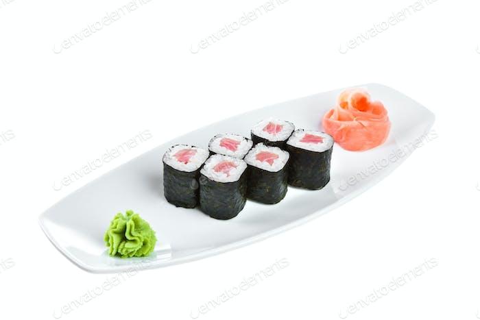 Sushi (Tekki Maki Roll) auf weißem Hintergrund