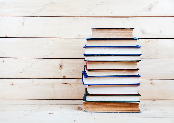 Alte Bücher auf einem Holzregal. Mittel für die Bildung