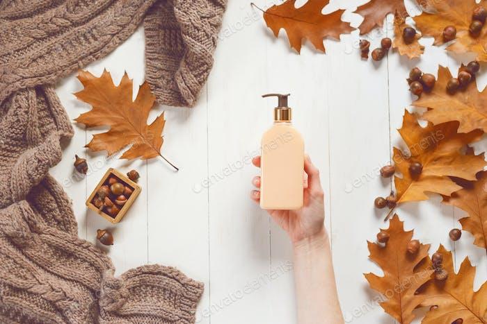 Бутылка жидкого мыла в женских руках