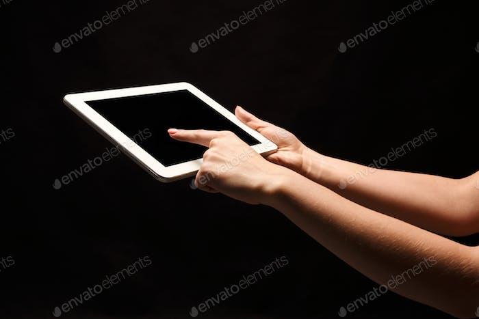 Halten und zeigen auf leeren Bildschirm auf dem Tablet