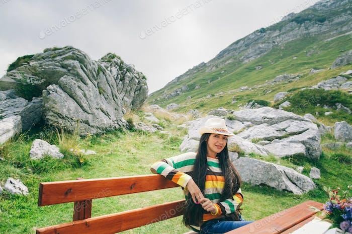 Landhausstil lange Haare Frau entspannen in Berg-Café