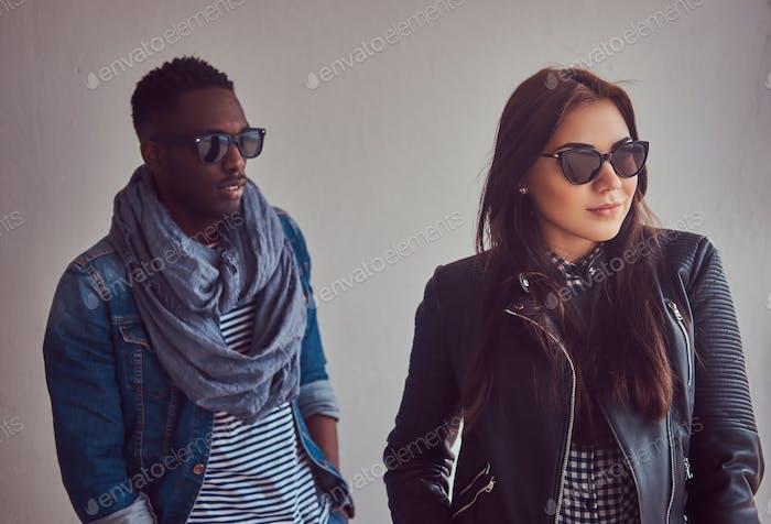 Nahaufnahme Porträt eines attraktiven stilvollen Paares. Afrikanisch-Ameri