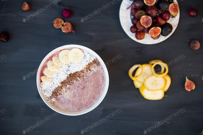 Gesunde Banane und Erdbeeren Smoothie in der Schüssel