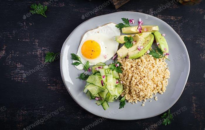 Bulgur Brei, Spiegelei und frisches Gemüse