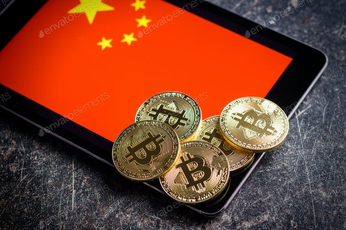 Bitcoins de oro y bandera china.
