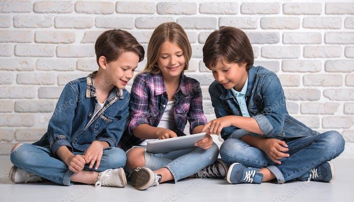 Charmante und fröhliche Kinder